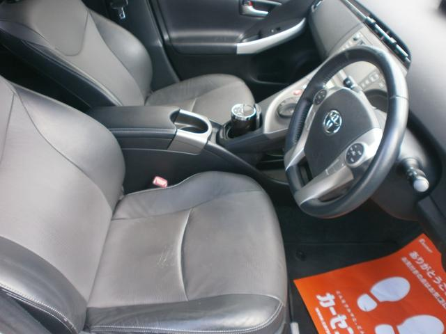 車内運転席です!レザーセレクションなのでハーフレザーシート!走行距離が伸びておりますがシートの状態も良好!セダンスタイルらしい広い運転席です!!