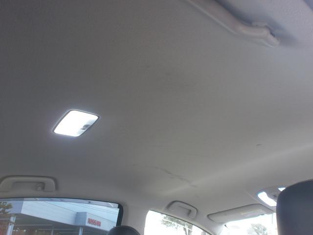 車内天井です!高さはありませんがひどく狭くは感じません!天井も状態良好!ひどいヤニ汚れ等もございません!!