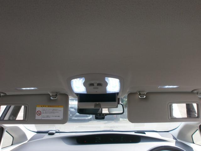 フロント上部天井です!サンバイザーにバニティミラー付!しかもライト付!ちょっとした装備ですが嬉しいポイント!車内ルームランプはLEDに交換済みです!!