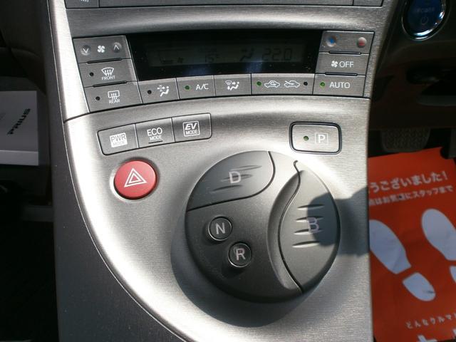 シフト周辺です!ノーマルのシフトから交換済み!HYBRID車はボタンスイッチでシフト操作が可能!なのでこのシフトでも問題なく使用可能!オシャレポイントです!!