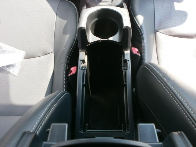 運転席と助手席間にあるアームレスト兼コンソールBOXです!ドリンクホルダー完備!コンソール奥にはUSB端子入力やシガーソケットも付いております!!