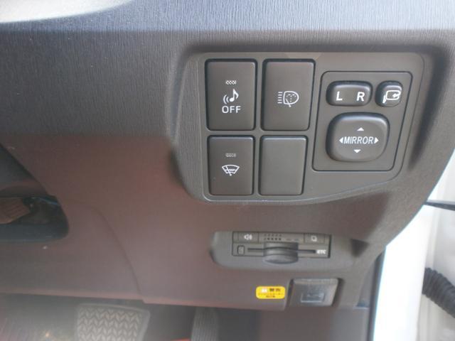 運転席右側にある各種スイッチ類です!電動格納ミラースイッチにヘッドライトウォッシャー!HYBRID車はエンジン音がしないので強制的に音を出すためのスイッチ!ETCも見えづらい所へ設置されています!!