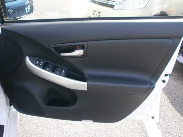 運転席ドア内張りです!高級感を感じさせる内張りの素材!シルバーのパネルがワンポイントでアクセントになってシンプルながらかっこいい!!