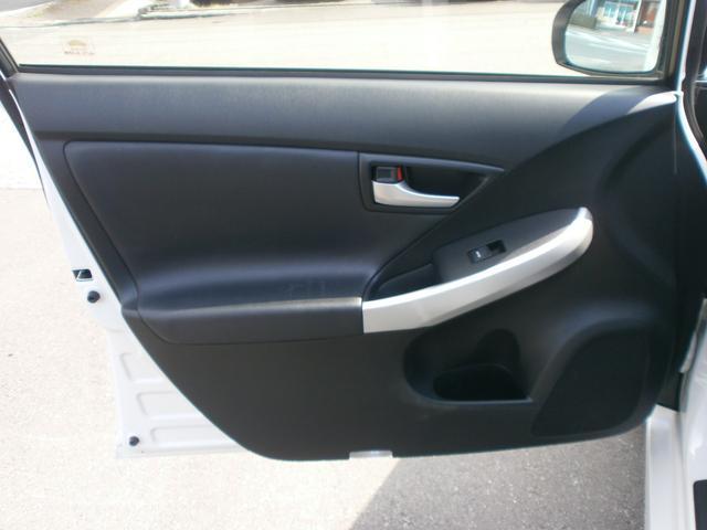 助手席ドア内張りです!小物入れ兼ドリンクホルダーが付いております!収納としても使えるのもうれしいポイント!ドアも大きいので乗り降りしやすいです!!