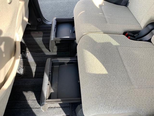 両後部座席にトレイと箱があります。