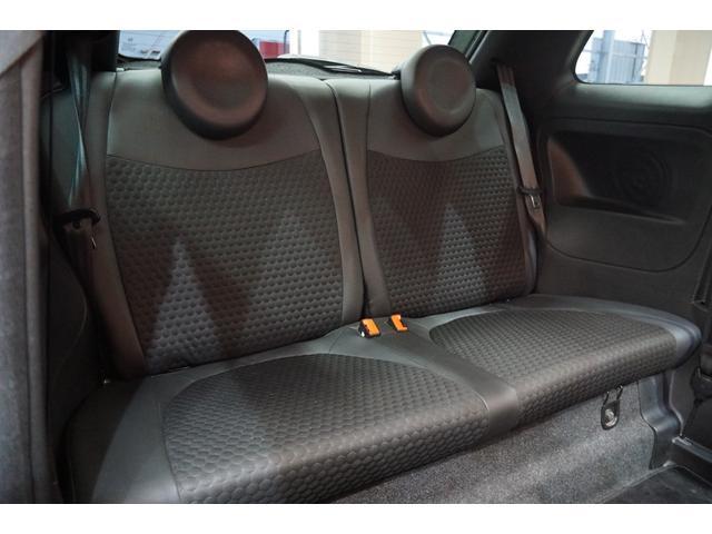 リアシートに使用感は少なく、シートも傷、汚れもなく良いコンディションです。