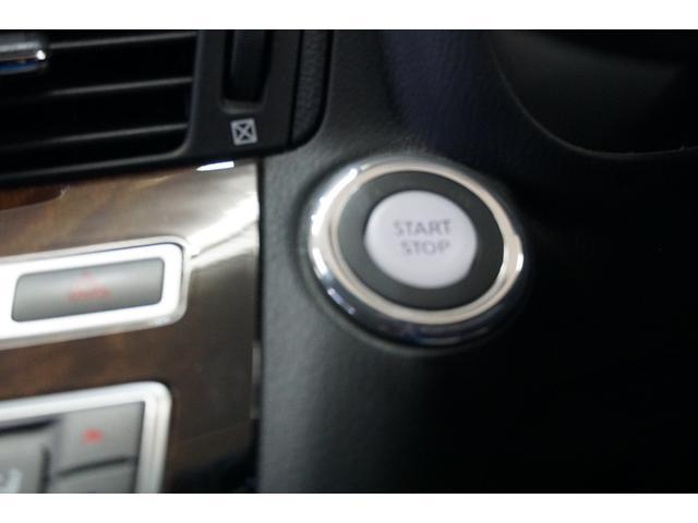 スマートキーシステムですのでキーを所持し、ボタンを押すだけでエンジンスタート出来ます。