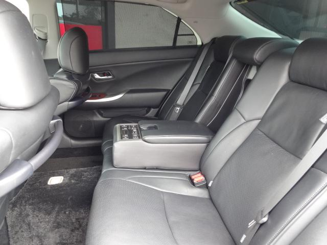 上質なプレミアム黒革シートです!パワーリクライニング&シートヒーター完備です!後席コントロールスイッチ付きです!電動サンシェイド&ドアサンシェイド付き!前席シートや天井も含めて20個のスピーカー装備!