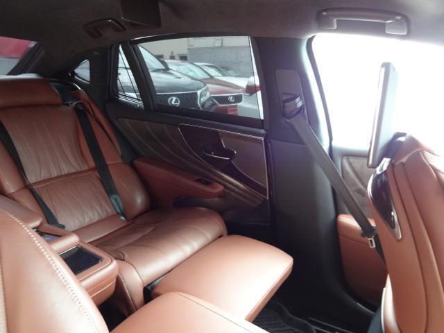LS500h エグゼクティブ 法人1オーナー車 リアエンター後席モニター 限定オプションL-アニリン本革シート  純正オプション20インチAWブラック仕様 ローダウン マークレビンソン オートトランク ヘッドアップディスプレイ(40枚目)