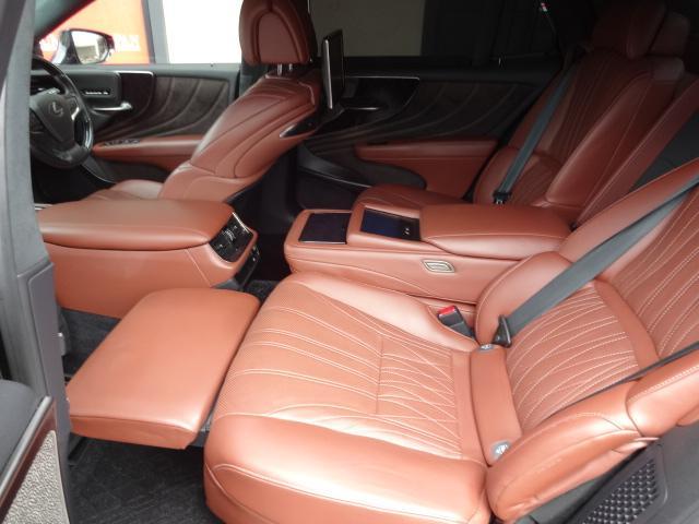 LS500h エグゼクティブ 法人1オーナー車 リアエンター後席モニター 限定オプションL-アニリン本革シート  純正オプション20インチAWブラック仕様 ローダウン マークレビンソン オートトランク ヘッドアップディスプレイ(46枚目)