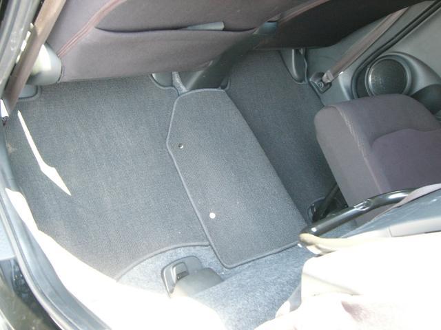 リアシートを持ち上げると縦に長い物を載せる事ができます。