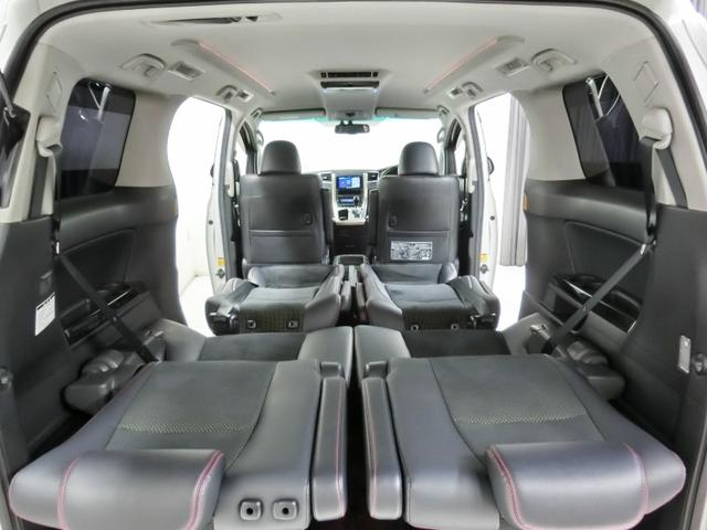 後部座席は約180度倒すことができます。
