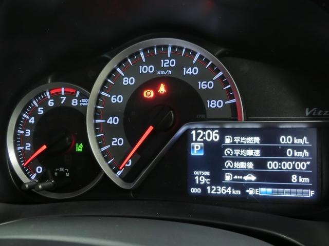 メーターパネル内に燃費計を備えてエコドライブの目安に役立ちます
