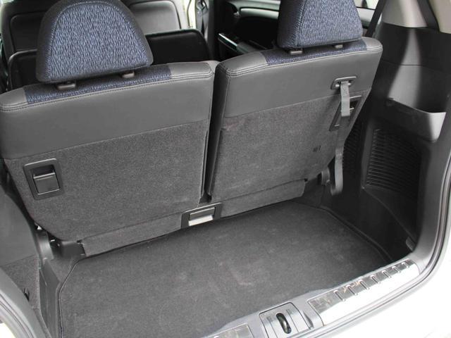 使い勝手抜群の分割可倒式リヤシート。後部座席に乗った状態でも、ちょっと大きな荷物を積みたい時などに大変重宝いたします。