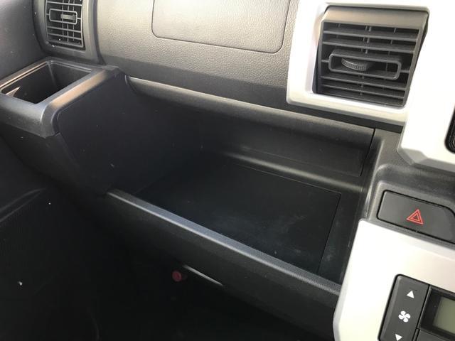 助手席のグローブボックスを中心に、各所に機能的な収納スペースがあります♪