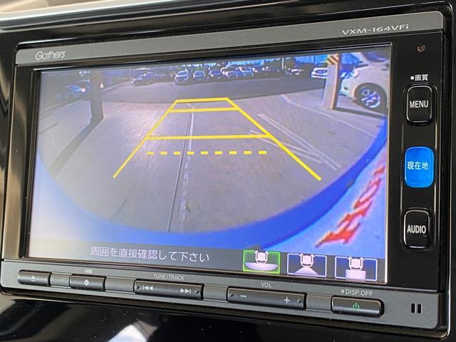 セレクトレバーをRギアに入れればバックモニターが映ります!駐車も安心です☆