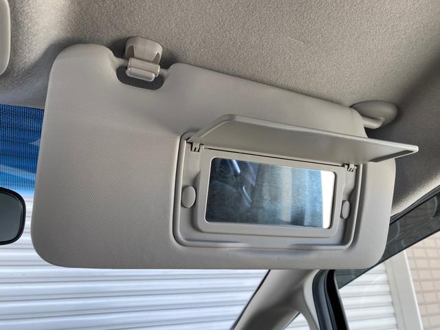 まぶしい時にはサンバイザーを下せば視界を遮ることなく運転できます!中にはお化粧直しなどで使えるミラー付き!