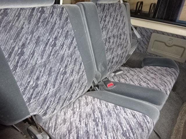 決して広くはないですが、2ndシートも付いておりますので4人乗ることが出来ます。