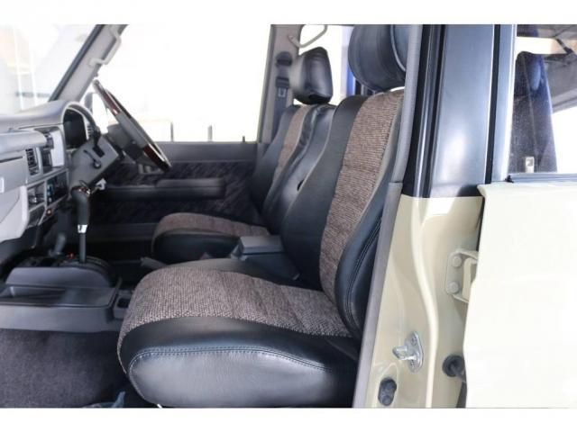 内装は新品にてオリジナルのシートカバーを取り付け致しました。グレーの内装に良く合います。