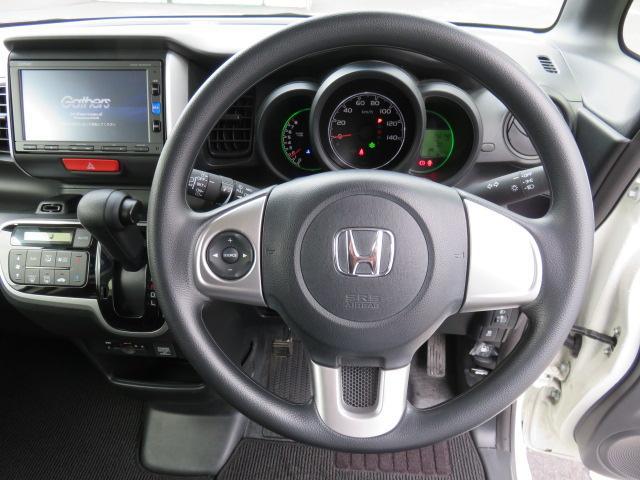 運転席、ステアリング周辺です。見やすいシンプルなメーターはいろいろな情報を確認しやすいですよ。スイッチ類もシンプルで操作しやすいです!