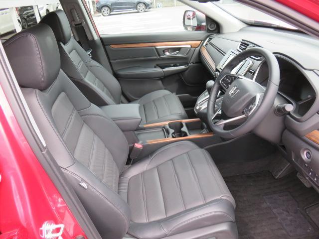 運転席、助手席共にしっかりとスペースが確保されております!長距離の運転でもストレスを感じにくいです!また、アームレスト付で腕の疲れも軽減されます!