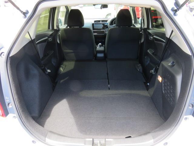後部座席を倒せば大きな収納スペースになります。工夫次第で色々な使用方法が可能です。