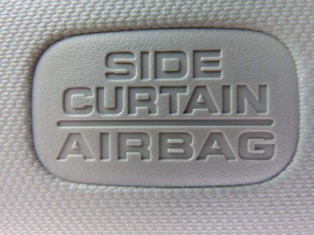 安全装備のひとつ、サイドカーテンエアバック付です。通常のエアバックに加え、カーテン状にエアバックが設置されており万が一の横からの衝突にも対応します。サイドガラスから頭部を守ってくれる頼もしい装備です。