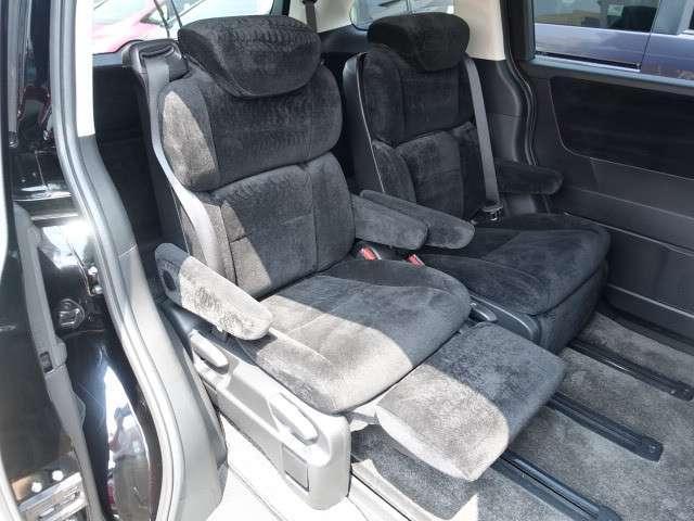 セカンドシートです!アームレスト付きのキャプテンシートでリラックスしてドライブへ出かけられます♪もちろんリヤ席にもエアコンがついていますので、快適です!