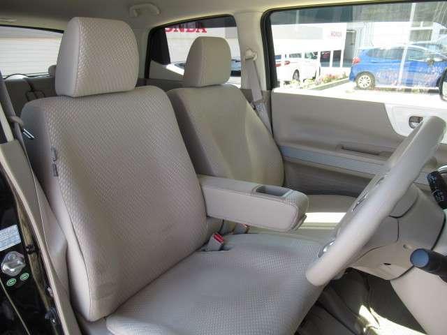 フロントシートです!運転席と助手席の間にはアームレストが装備されています!