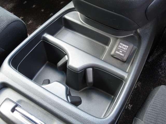 運転席と助手席の間にはドリンクホルダーが装備されています!!