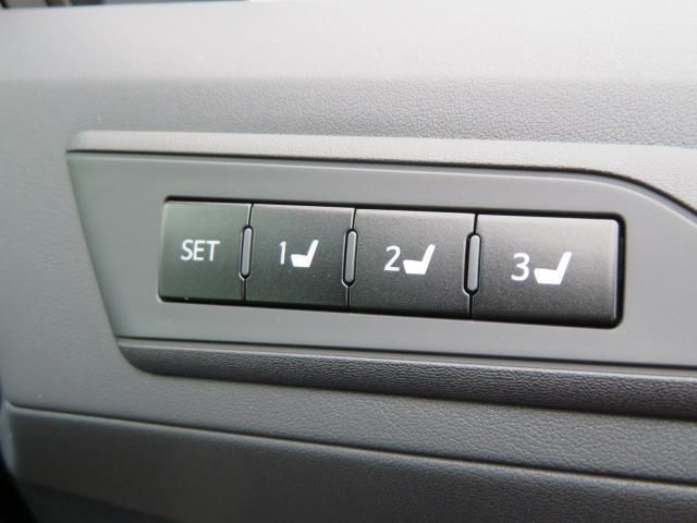 スイッチを操作することで電気モーターが前後スライドや座面の高さ、背もたれの傾きを調整してくれます。3名までメモリー機能を使えますよ。