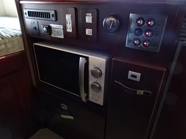 ナッツRV ボーダー 発電機 FFヒーター 1500Wインバーター ソーラーパネル 90L冷蔵庫 ルーフベント サイクルキャリア トイレ シャワールーム 温水ボイラー メモリーナビ バックカメラ 社外キーレス(40枚目)
