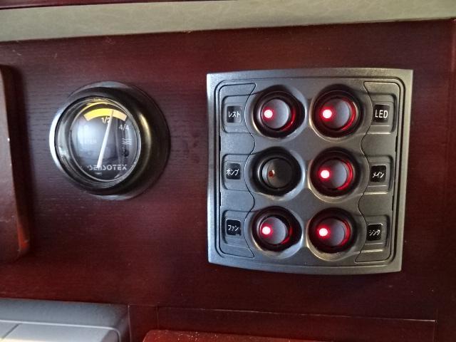 ナッツRV ボーダー 発電機 FFヒーター 1500Wインバーター ソーラーパネル 90L冷蔵庫 ルーフベント サイクルキャリア トイレ シャワールーム 温水ボイラー メモリーナビ バックカメラ 社外キーレス(43枚目)