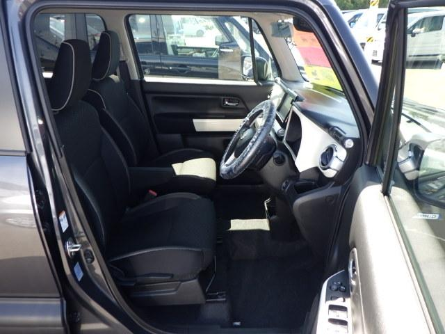 頭上のゆとりもタップリ!シートリフターが付いているので、お客様の体格に合ったドライビングポジションに自在に調節可能。