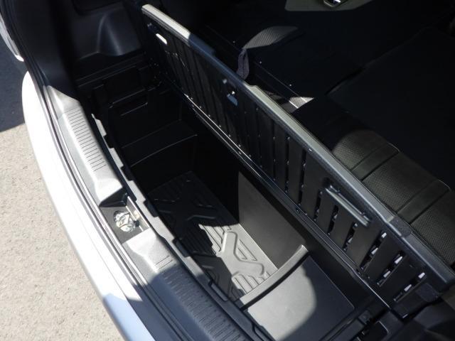 トランクは二層構造で、下段には大容量のラゲッジボックスがあります。