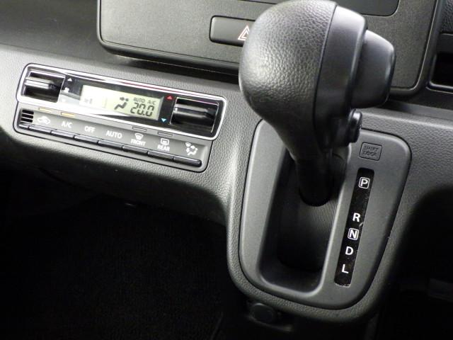 快適な室内温度を設定できるオートエアコン装備
