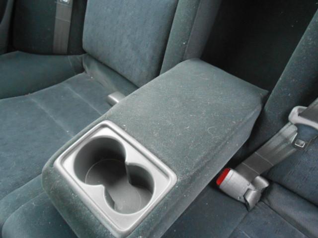 後部座席のセンターコンソールは後ろになった方の肘掛に!ドリンクホルダー付きなのでて手元に飲み物がおけます!