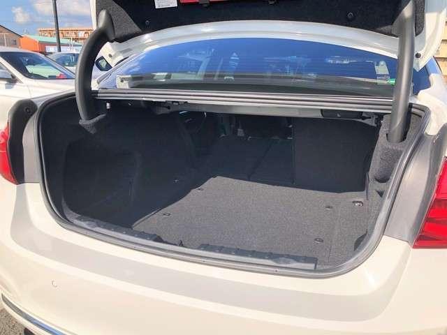 ラゲッジスペースはセダンというカテゴリーでは限られてきますが、ゴルフバック等も難なく積むことが可能となっております!後席を片側倒すことで、乗車しながら長物を積みこむことも可能となっております!