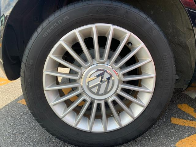 アルミホイール付です。タイヤの溝があっても、タイヤ交換をお求めの方はお気軽にご相談ください。