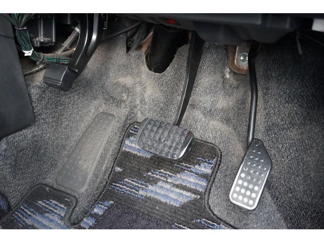 ペダル周りです。靴で踏むので汚れが付きますがブラシで泥汚れをかき落としてクリーニングします。