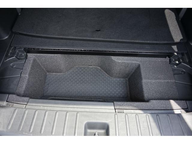 トランク下には収納があります。