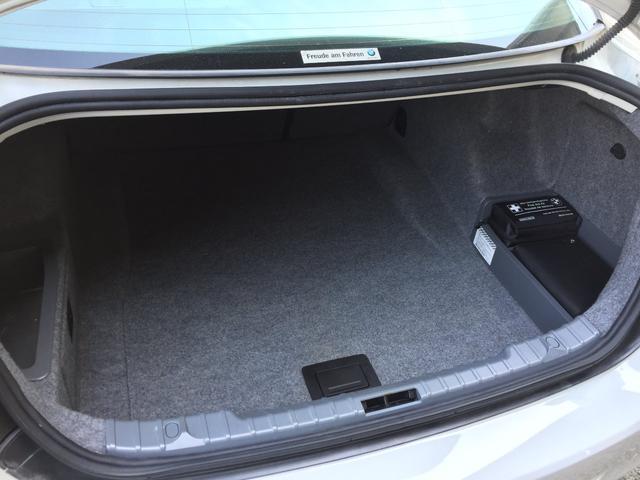 トランクスペースにはゴルフバッグが積める、十分なスペースがあります!!