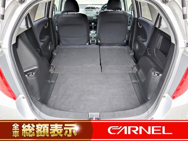 後部座席と荷室部分をフラットにアレンジが可能となります、大きな荷物も簡単に収納が出来ます。