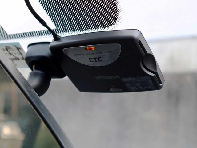 【ETC車載器】高速道路の料金所をノンストップで通行できるだけでなく、時間帯や休日によって得点も適用されるので、夜のドライブや遠出が多いお客様には大変お得な装備となります。
