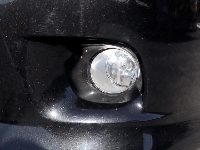 フォグランプは、ヘッドライトで照らせない左右を照らし、霧や雨などで視界が悪い時などに活躍します。