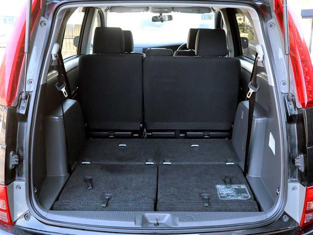 後部座席と荷室部分をフラットにできます。スペースも大きく取れますので大きな荷物でも大丈夫!たっぷり収納が出来ます。