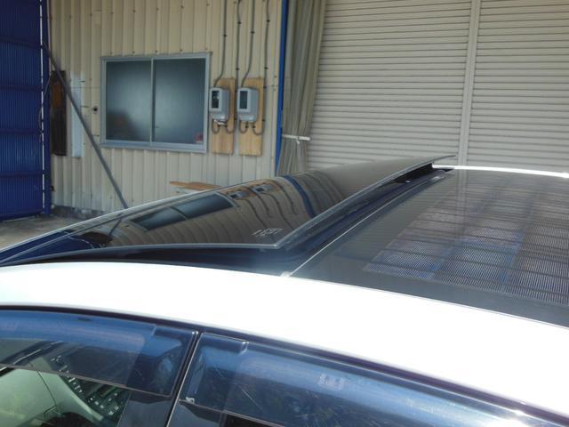 ルーフにソーラーパネルが取り付けられており、そのソーラーパネルで発電した電気によってファンを稼働させ、車内の換気を行うといったシステムです。
