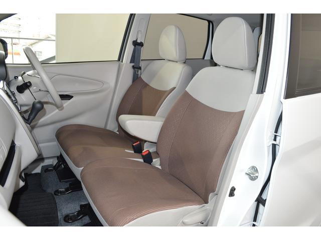 ベンチシートで足元もヒロビロ■大型シートで座り心地は快適♪中央には肘掛が付いてゆったりドライブ♪