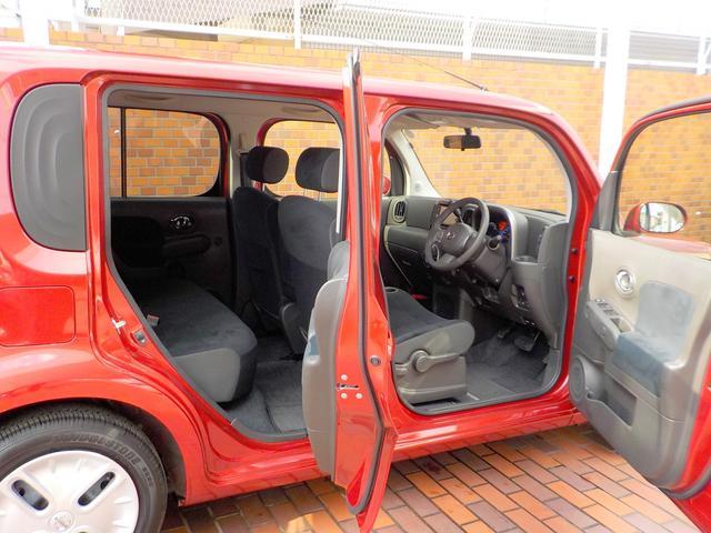 ドアが大きく開くので背の高さと相まって、とても乗り降りが楽です。是非一度乗って見てください!!丁度腰の位置にシート着座位置がありますよ!
