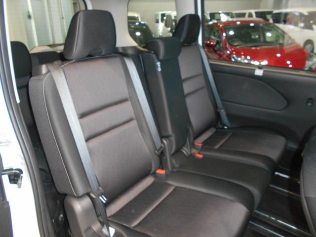セカンドシート中央部は、3人掛けベンチシートにも、フロント/セカンドシートのテーブルにもなります。スライドすればウォークスルーも可能。セカンドシートを移動することも可能です。